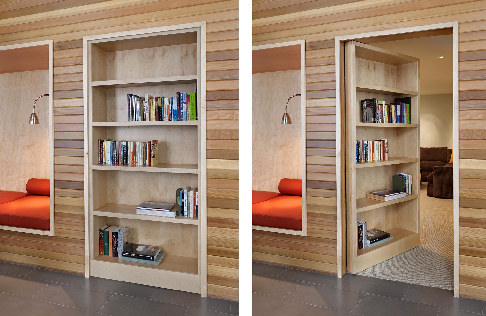 Книжный шкаф с дверью в гардеробную.