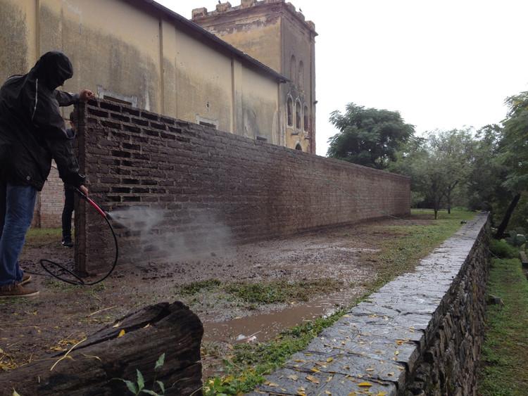 Experiencia MUVA: Un muro de ladrillos con su ausencia final, Cortesía de Ricardo Sargiotti