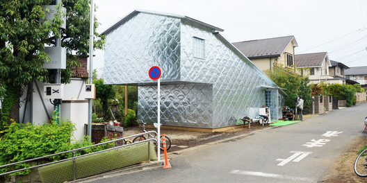 Soft-hard looking zinc house. Image © Maria Novozhilova