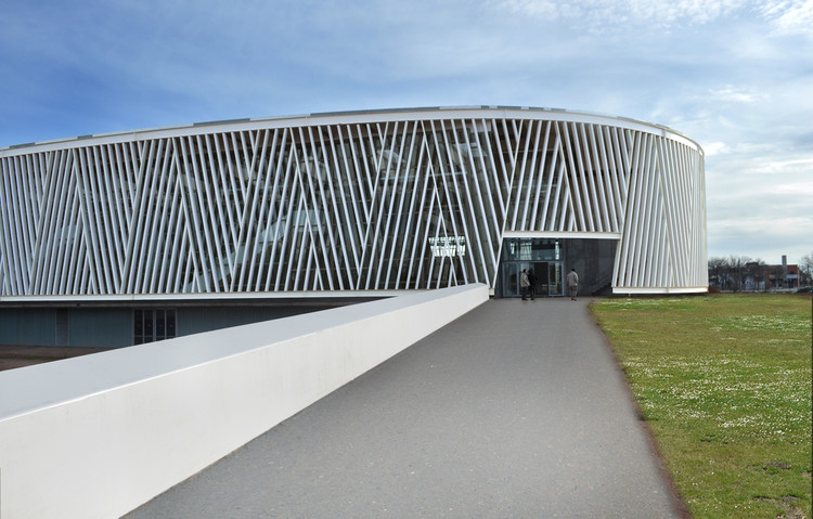 Centro Desportivo em Alcazar de San Juan / Rojo/Fernandez-Shaw , Cortesia de Begoña Fernández-Shaw