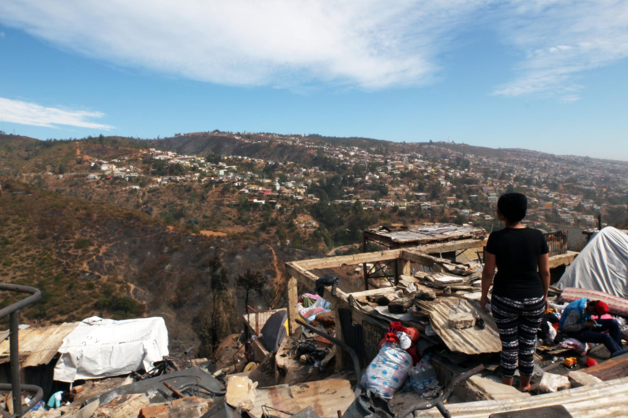 """A un mes del incendio, arquitectos Daniel Morales y Marcelo Ruiz Fernández: """"Valparaíso tocó fondo"""", Cerro La Cruz en Valparaíso, a días del incendio. Image © Nicolás Valencia M."""