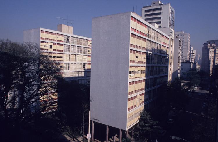 Clássicos da Arquitetura: Edifício Louveira / João Batista Vilanova Artigas e Carlos Cascaldi, © Cristiano Mascaro (CC-BY-NC). Via Arquigrafia