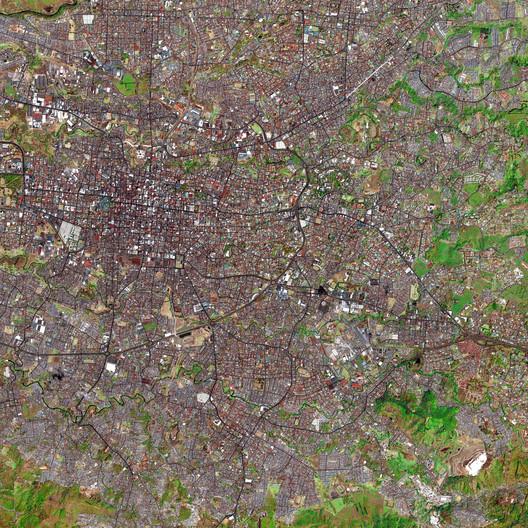 Los cuatro distritos centrales de San José se pueden ver en la parte central izquierda de la imagen; una carretera urbana denominada Circunvalación se curva alrededor del centro en dirección sudeste. Al norte, sur y al este de los distritos centrales, la transición desde la cuadrícula ortogonal de tipo español colonial hacia los patrones de crecimiento orgánico del siglo XX es claramente visible.. Image Cortesia de A-01 y Municipalidad de San José