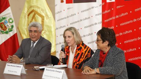 Perú: Sigue polémica tras anuncio de convocatoria pública para futuro Museo Nacional en Pachacámac, Diana Alvarez-Calderón Gallo, Ministra peruana de Cultura, en conferencia de prensa anunciando la competición. Image © Vía Ministerio Peruano de Cultura