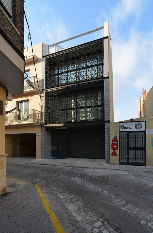 Una casa entre medianeras en massanassa carlos gomez for Fachadas de casas modernas entre medianeras