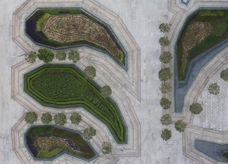 Arquitetura e Paisagem: padrões naturais e culturais projetados na Praça Sowwah por Martha Schwartz, © Duncan Chard