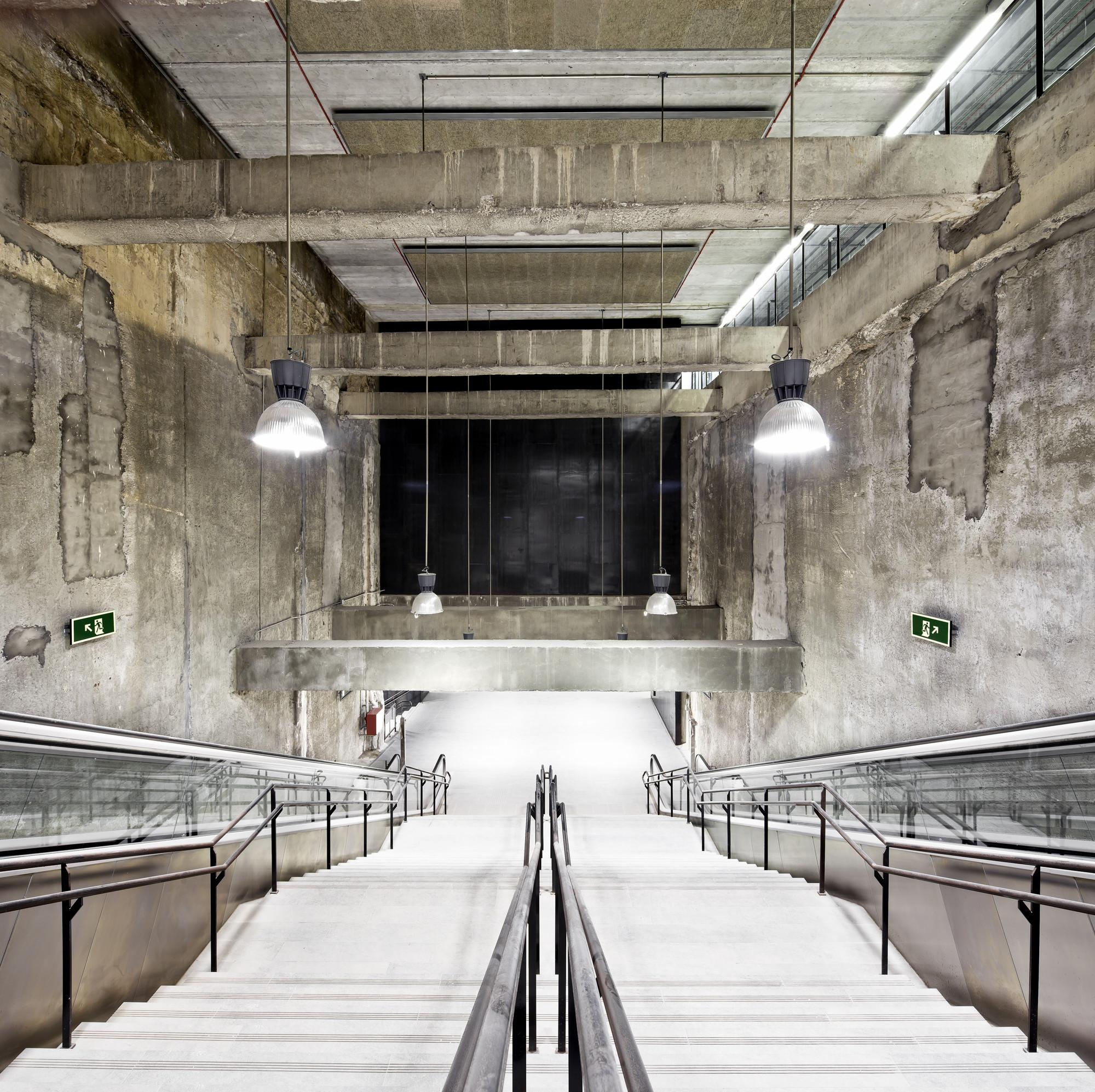 Estaciones De Metro Amadeu Torner, Parc Logístic y Mercabarna Línea 9, Barcelona / Jordi Garcés