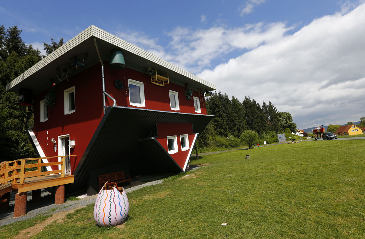 Casa de ponta cabeça vira atração turística na Alemanha, © Kai Pfaffenbach / Reuters