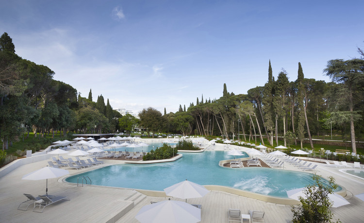 Lone outdoor pools 3lhd archdaily for Design hotel lone 5
