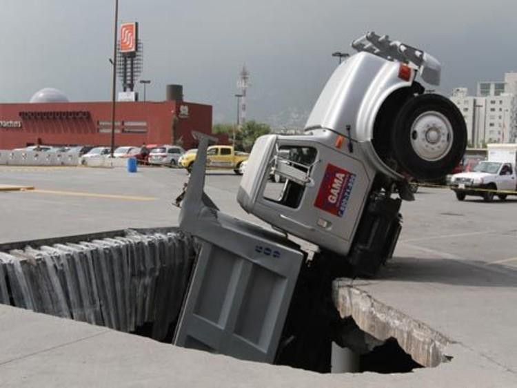 En Nuevo León: Plaza San Pedro puede derrumbarse por accidente en estacionamiento