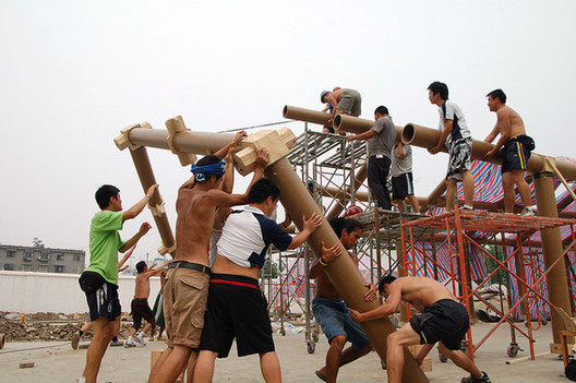 "Shigeru Ban's ""Kooky"" Architecture: Just What the World Needs?, Workers in Chengdu, China, assemble the Hualin Temporary Elementary School, designed by the Japanese architect Shigeru Ban after the 2008 Sichuan earthquake. Image Courtesy of Forgemind ArchiMedia"