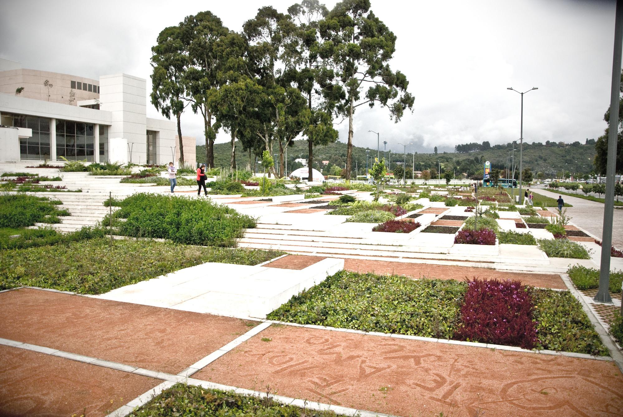 Arquitectura y Paisaje: espacios verdes colectivos para fomentar la lectura en Bogotá por Diana Wiesner, © Daniel Olarte