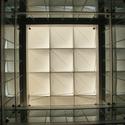 Um dos eixos exteriores através de novas sede da Siemens de Sheppard Robson. Os vazios na aglomeração ajudam a reforçar o efeito Venturi para mover o vento predominante de baixo do edifício para o terraço acima. Imagem © Tyler Caine