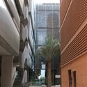 Edifícios em Masdar incorporam inúmeras estratégias de material e construção para minimizar o ganho de calor, incluindo a blindagem de metal, revestimentos em terracota e painéis de parede preenchidas com ar. Imagem © Tyler Caine