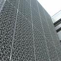 Tela de metal de Foster para proteção solar inspirada pela iconografia da cultura local. Imagem © Tyler Caine