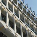 O design modular dos painéis de proteção solar foi parametricamente derivados dos objetivos de bloquear mais sol, permitindo uma vista interior, utilizando a menor quantidade de material e a menor quantidade de estrutura para pendurá-lo. Imagem © Tyler Caine