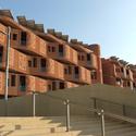 Fachada de terracoda dos dormitórios estudantis projetada por Foster & Partners. Imagem © Tyler Caine