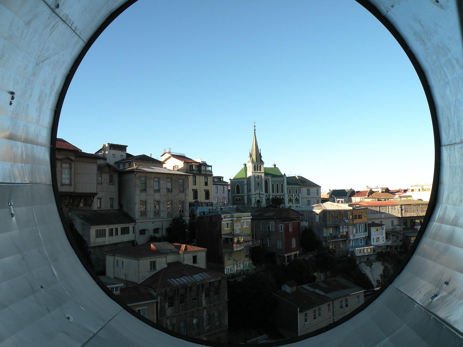 Valparaíso recibirá próxima Bienal Chilena de Arquitectura y Urbanismo e inicia inédita convocatoria de curador, Valparaíso a través de la intervención 'Fonópticos'. Image Courtesy of Cecilia Nercasseau