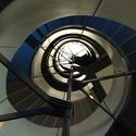 A escada de metal em hélice de Sheppard Robson na Sede da Siemens, pendurada a partir da estrutura do edifício por uma haste de aço central. Imagem © Tyler Caine