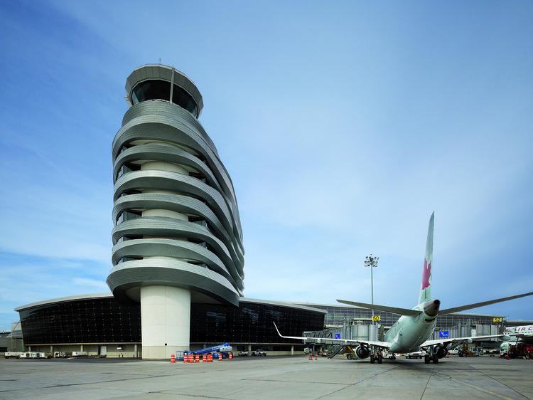 Oficinas y Torre de Control del aeropuerto de Edmonton / DIALOG, © Tom Arban