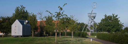 Vitra Slide Tower / Carsten Höller. In the foreground is Diogenes by Renzo Piano. Imagen © Vitra
