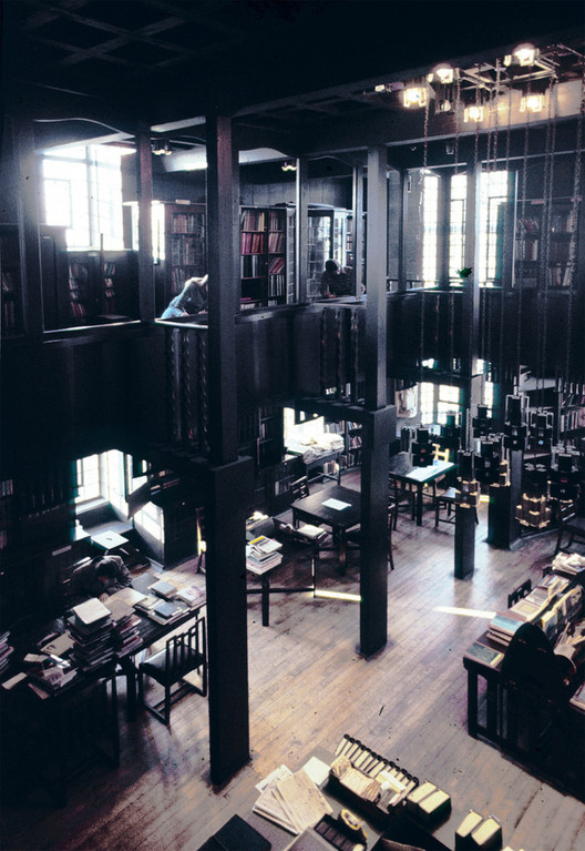 The Glasgow School of Art Library in 1976. Image © Gordon Hawes Via The Mac Photographic Archive