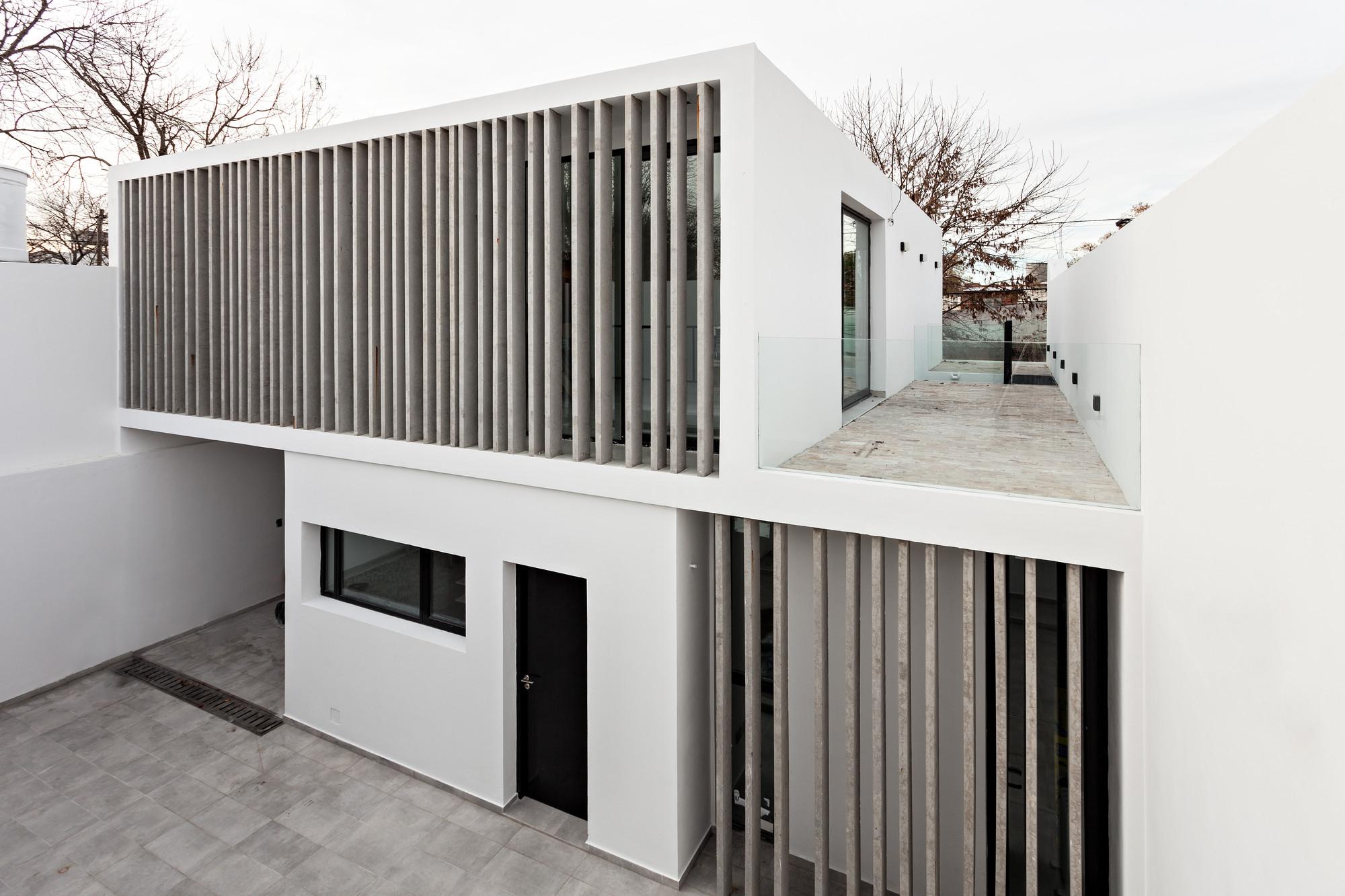 Casa bazan smf arquitectos plataforma arquitectura for Fachadas de casas modernas entre medianeras