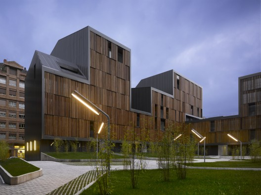 Edificios fachadas de madera plataforma arquitectura for Arquitectura de madera