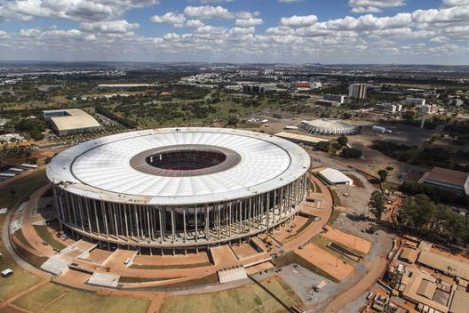 52a688b4e8e44e90be0001f6_especial-brasil-2014-los-estadios-donde-jugar-n-los-equipos-hispanoamericanos_brasilia_aerea_estadionacional1305_5562-1000x667