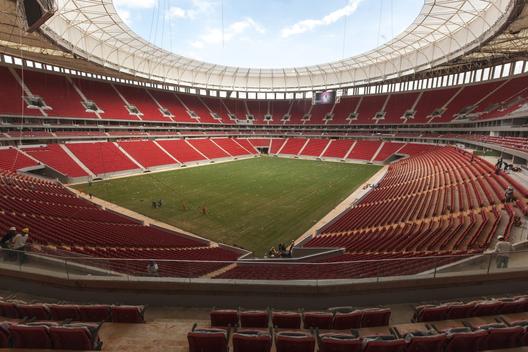 52a688e2e8e44e00d80001a1_especial-brasil-2014-los-estadios-donde-jugar-n-los-equipos-hispanoamericanos_brasilia_estadionacional1305_9832-1000x667