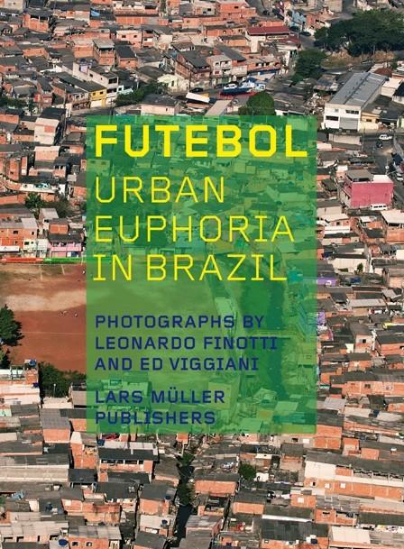 "Livro ""Futebol - Urban euphoria in Brazil"", Cortesia de Lars Müller Publishers"