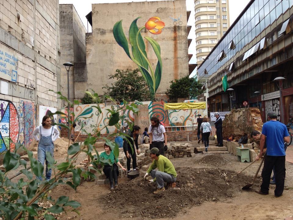 """Ciclistas iniciam a construção de uma """"praça de bolso"""" em Curitiba, Cortesia de: Praca de bolso do Ciclista"""