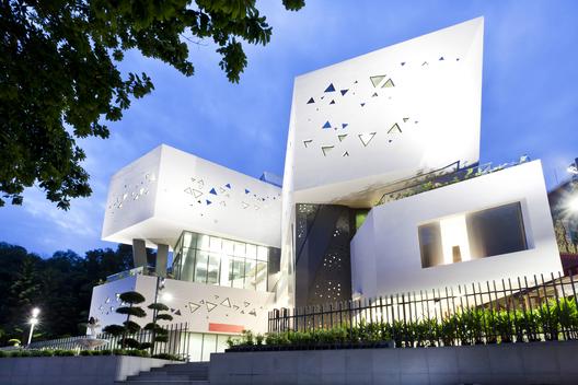 5._wat_ananda_metyarama_thai_buddhist_temple_-_czarl_architects