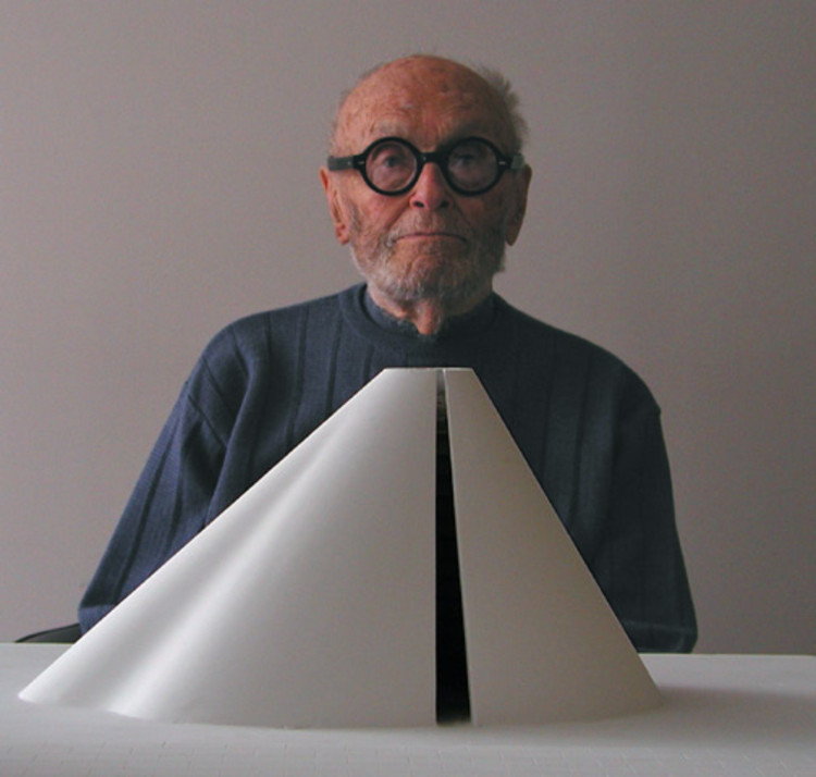 Spotlight: Philip Johnson, © <a href='https://commons.wikimedia.org/wiki/File:Philip_Johnson.2002.FILARDO.jpg'>B. Pietro Filardo (Wikimedia user Bpfilardo)</a> licensed under <a href='https://creativecommons.org/licenses/by-sa/3.0/deed.en'>CC BY-SA 3.0</a>