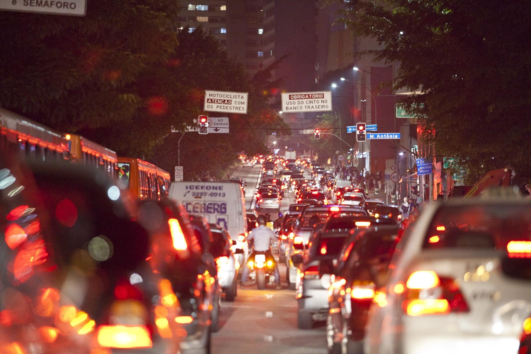 Habitantes de São Paulo chegam a perder um mês por ano no trânsito, Na Rua da Consolação, em São Paulo, é comum vermos congestionamentos durante várias horas do dia.. Image © Carlos Barreta / Flickr
