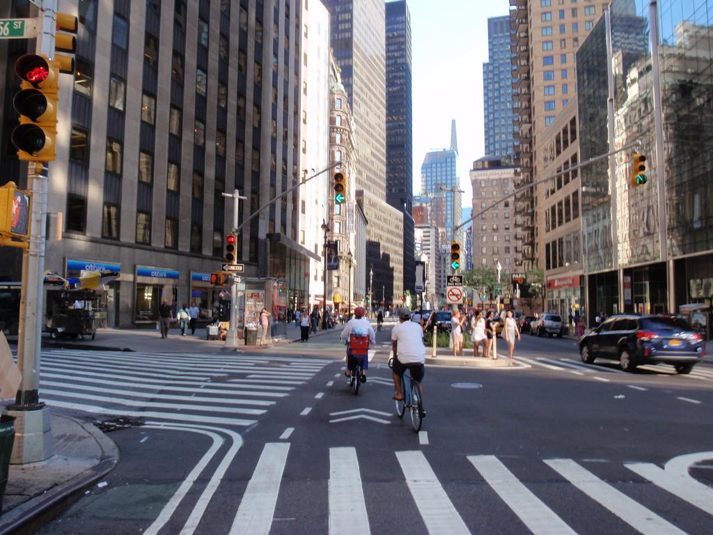 Uso da bicicleta como meio de transporte urbano gera economia de US$ 4,6 bilhões nos EUA , Ciclistas na Broadway, Nova Iorque. © reinholdbehringer, via Flickr. Used under <a href='https://creativecommons.org/licenses/by-sa/2.0/'>Creative Commons</a>