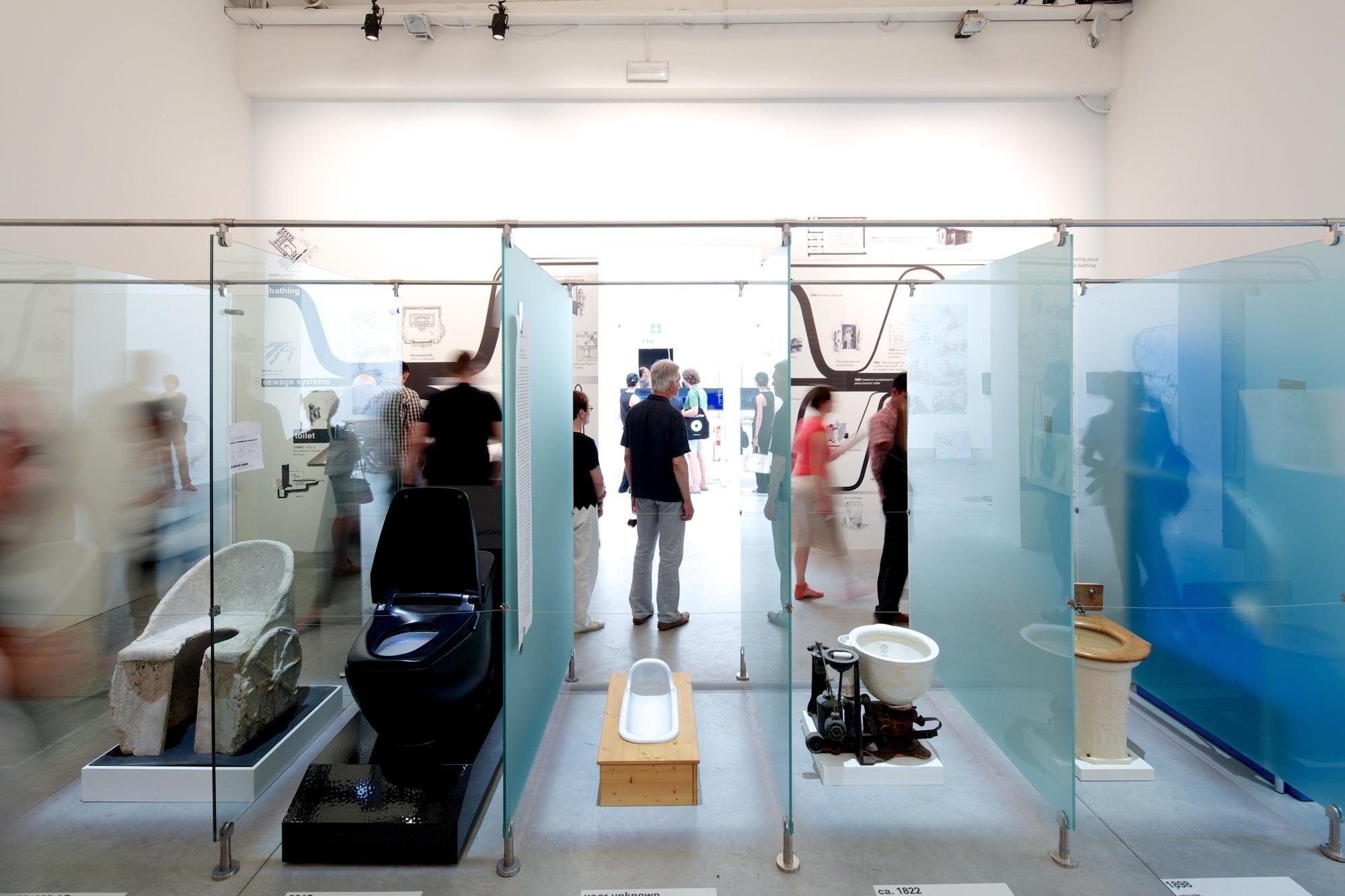 """Light Matters: El elemento ausente en la Bienal de Venecia, Sanitarios, en """"Elementos de la Arquitectura"""" en la Bienal de Venecia. Imágen © Nico Saieh"""