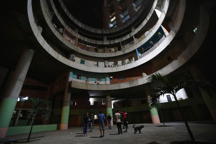 Desalojan emblemática Torre de David en Caracas, Interior de la Torre David. Image © Vía 'The Atlantic'