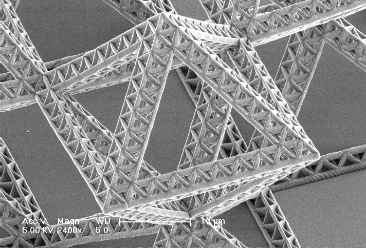 En Detalle: Nanomateriales / Julia Greer, Fractal nanoentramado por Nigel and Lucas. Image Courtesy of California Institute of Technology  |  Division of Engineering and Applied Science