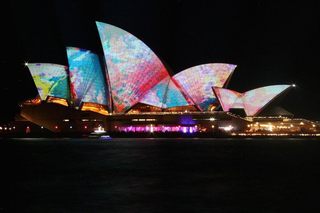 """Vivid Sydney 2014"": projeções sobre os principais ícones da cidade, Ópera de Sydney. © vijay_chennupati, via Flickr. Used under <a href='https://creativecommons.org/licenses/by-sa/2.0/'>Creative Commons</a>"