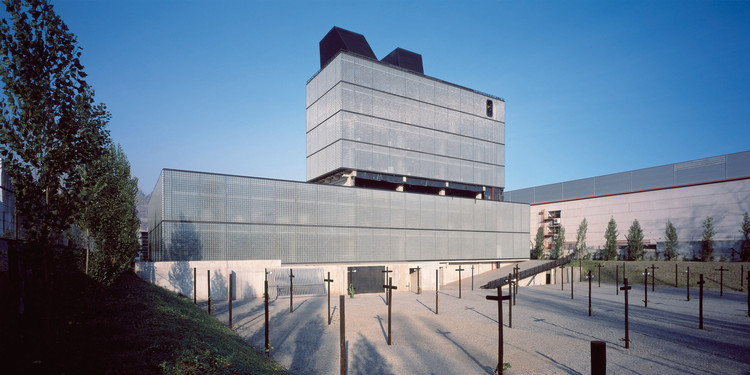Grupo Precisión Building  / Guillermo Acuña Arquitectos Asociados, © Erieta Attali