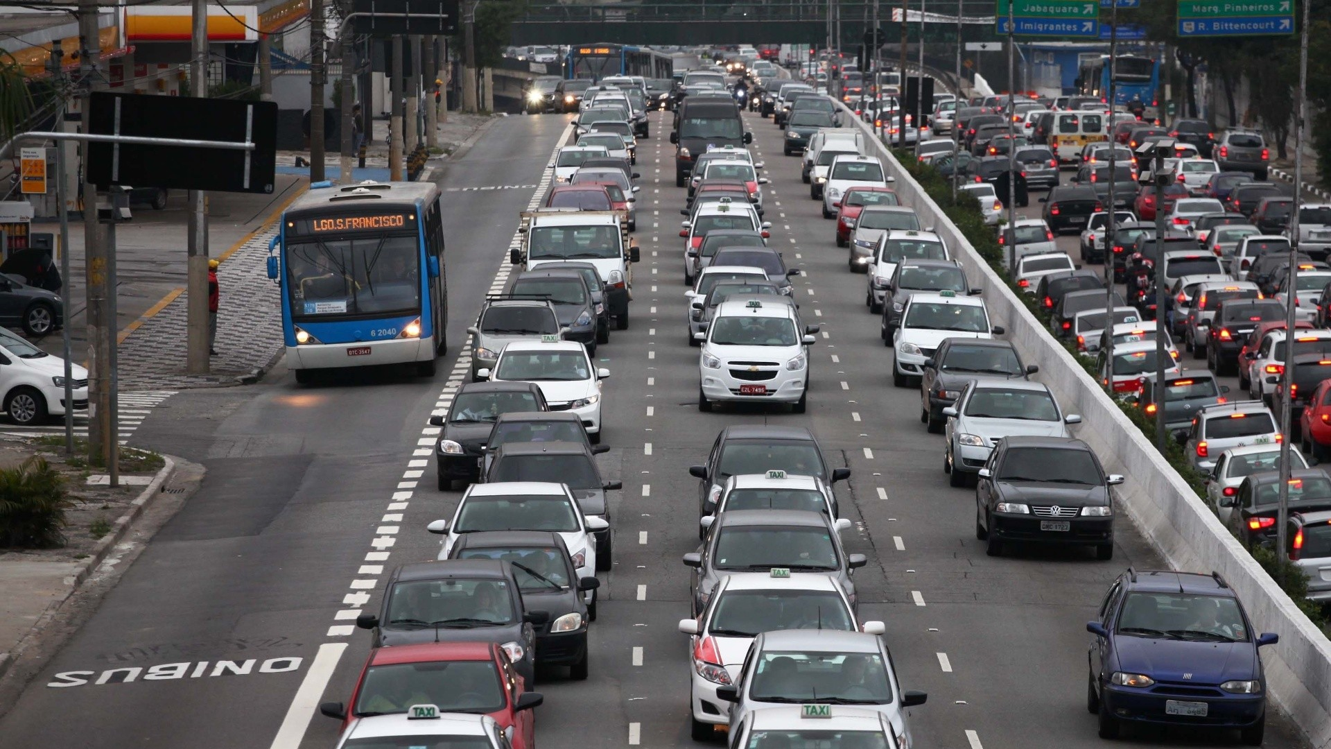 Faixas exclusivas reduzem em média 38 minutos por dia o tempo de viagem de quem usa transporte público em São Paulo, Faixa exclusiva na Av. 23 de Maio, São Paulo. Foto: reprodução/CBN. Cortesia de The CityFix Brasil