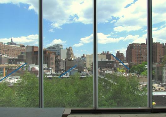 A vista leste sobre as árvores do High Line Park desde um dos novos pavimentos da Galeria Whitney. Imagem © Paul Clemence