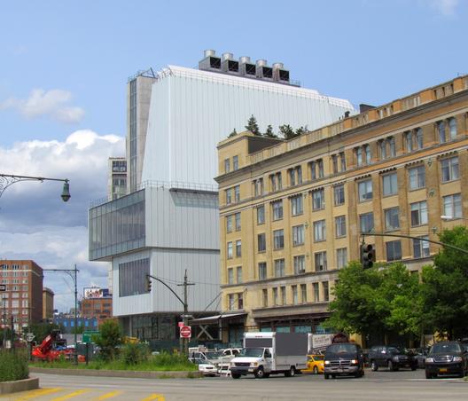 O novo edifício Whitney Museum, visto a partir da West Side Highway, em julho. Imagem © Paul Clemence