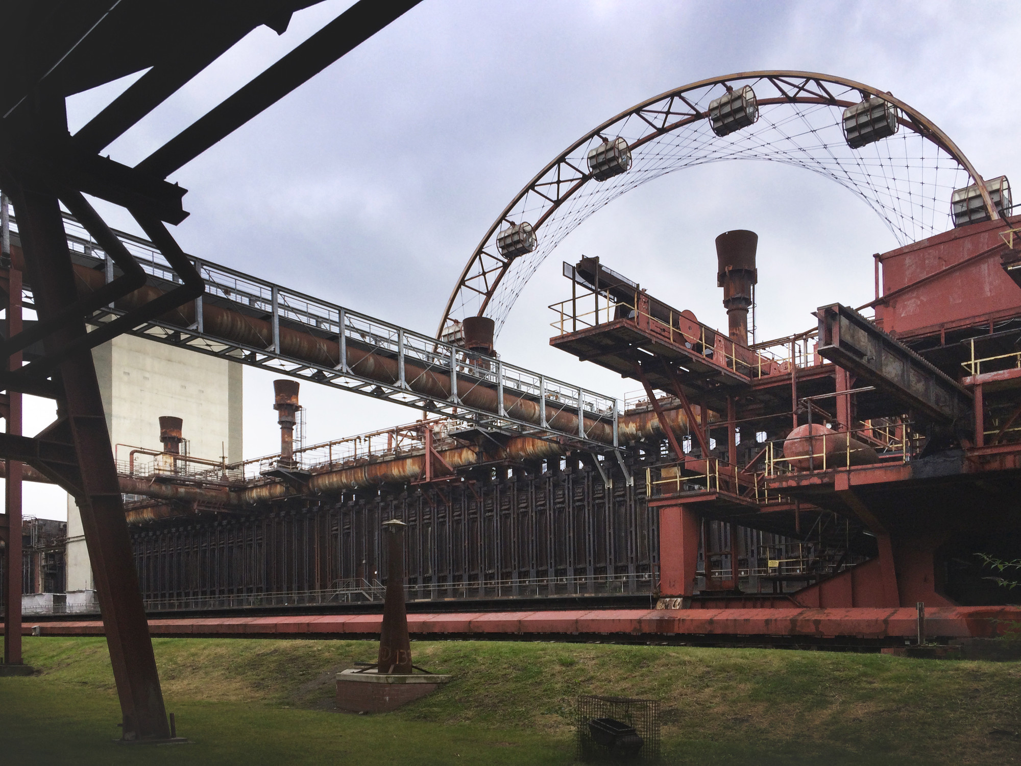 "A Photographic Journey Through Zollverein: Post-Industrial Landscape Turned Machine-Age Playground , The ""Skywheel"" attraction. Image © Gili Merin"