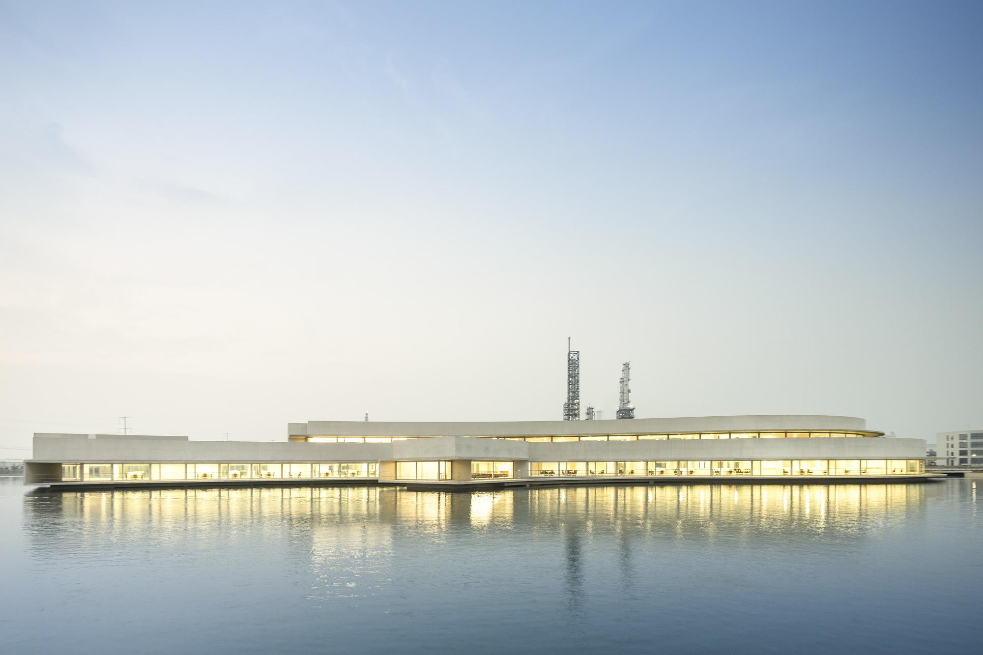 Galería de Edificio sobre el Agua / Álvaro Siza + Carlos Castanheira - 42