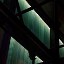 La iluminación de la fachada en el interior se convierte en una cortina lumínica interna, formando parte del interiorismo del edificio, que tenía un bajo nivel lumínico de carácter expositivo para enfatizar la luz de fachada. Image © © Roca / Aleix Bagué