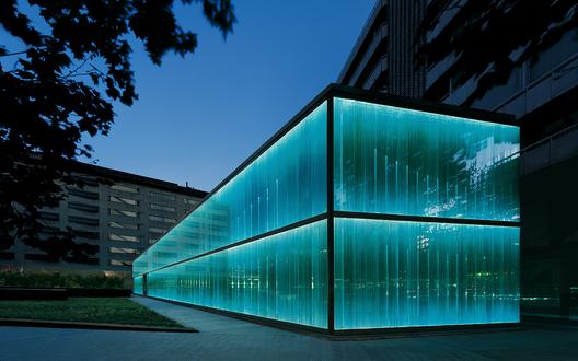 La iluminación del vidrio genera diferentes luminosidades, reflexiones y transparencias, generando sensación de agua en movimiento. El sistema de alumbrado está totalmente integrado en la arquitectura, tanto de día como de noche. Image © © Roca / Aleix Bagué