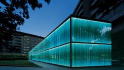 Projeto de iluminação: fachada da Roca Barcelona Gallery, por artec3 Studio