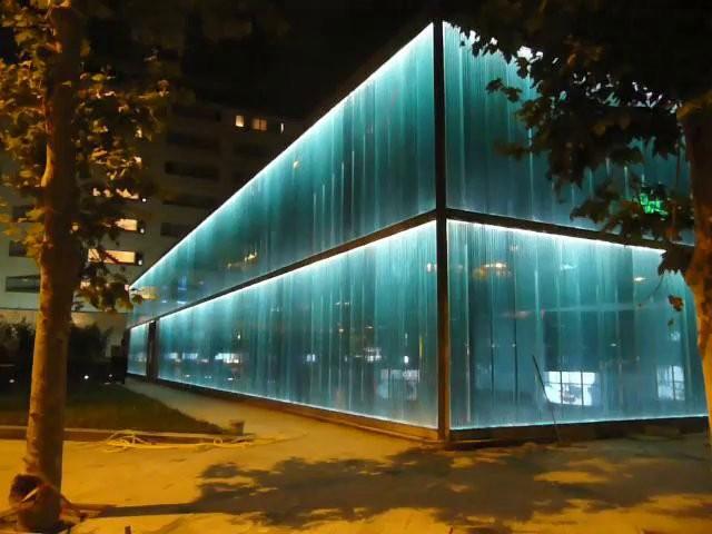 Galer a de proyecto de iluminaci n la fachada del roca for La roca gallery